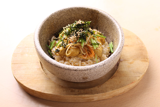Sea urchin and rice cooked in a stone bowl